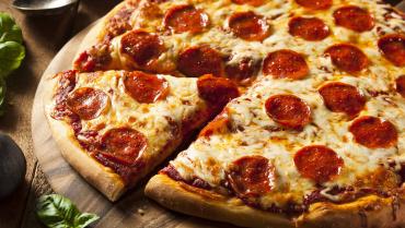 Як правильно їсти піцу по етикету в ресторані?